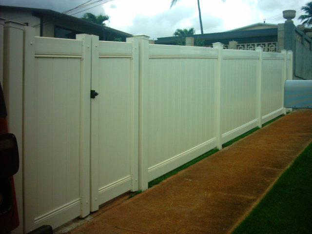 Full privacy vinyl with walk gate